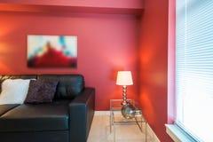 Modern röd vardagsrum Fotografering för Bildbyråer
