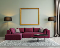 Modern röd soffa i en grön lyxig inre Arkivbild