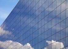 modern reflexionssky för blå byggnad arkivbild
