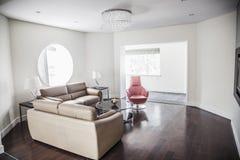Modern ren vardagsrum. royaltyfri bild