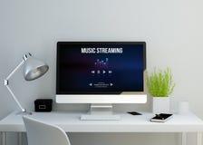 Modern ren workspace med musik som strömmar websiten på skärmen Royaltyfria Foton