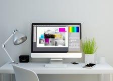 modern ren workspace med programvara för grafisk design på skärmen Arkivfoton