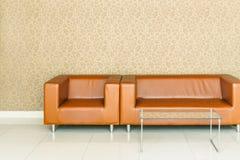 Modern retro brun lädersoffa Royaltyfria Foton
