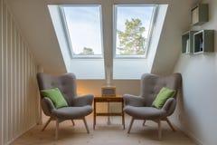 Modern retro design i en loft/en vind Arkivbilder
