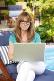 Modern rijp vrouwenportret met laptop Royalty-vrije Stock Foto's