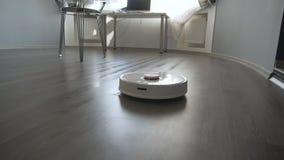 Modern robotic dammsugare gör ren golvet i vardagsrummet lager videofilmer