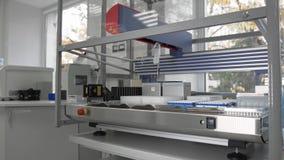 Modern robotic maskin för medicinskt prov, molekylär genetisk forskningslaboratorium, PCR stock video