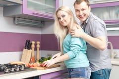 Modern romantisch paar die maaltijd thuis voorbereiden stock foto's