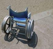 Modern rullstol med stora hjul av stål Arkivbild