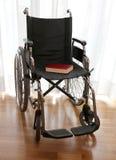 Modern rullstol vid havet i sommar med stora hjul Royaltyfria Foton