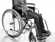 Modern rullstol vid havet i sommar med stora hjul Royaltyfri Fotografi