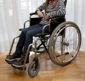Modern rullstol vid havet i sommar med stora hjul Royaltyfria Bilder