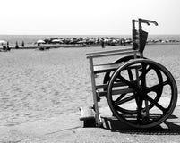 Modern rullstol vid havet i sommar med stora hjul Arkivbilder