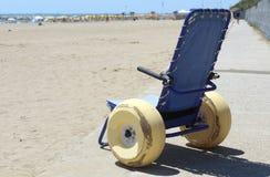 Modern rullstol vid havet i sommar med stora hjul Royaltyfri Foto