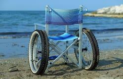 Modern rullstol vid havet i sommar med stora hjul Arkivfoton