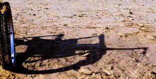 Modern rullstol vid havet i sommar med stora hjul Royaltyfri Bild
