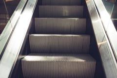 Modern rulltrappa i köpcentrum Elektronisk systemflyttning Tom rulltrappa royaltyfri foto