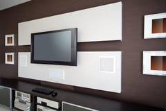 Modern ruminre för hem- teater med TV för plan skärm Arkivfoton