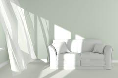 Modern ruminre med den vitgardiner och soffan Arkivbilder