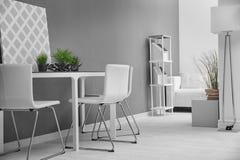 Modern ruminre med vita stolar Royaltyfri Fotografi