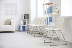 Modern ruminre med vita stolar Royaltyfria Foton