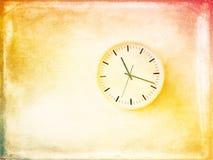 Modern rund klocka på den ljusa målade väggen Arkivfoto