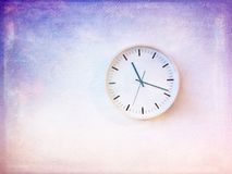 Modern rund klocka på den målade purpurfärgade väggen Royaltyfria Bilder