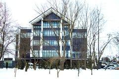 Modern rundad stuga med järnportar på den frostiga och soliga vinterdagen royaltyfri bild