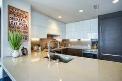 Modern rymlig design för kök för kock` s med vit- och svartbrytningar arkivfoto