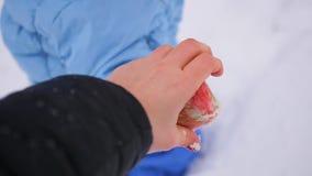 Modern rymmer handen för barn` s och går i vintertiden i snöfallet closeup stock video