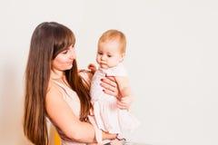 Modern rymmer hennes flicka royaltyfria foton