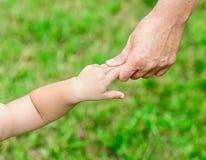 Modern rymmer hennes hand behandla som ett barn Royaltyfri Fotografi