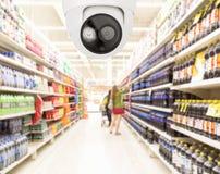 Modern säkerhetskamera på att övervaka supermarket med blurre Royaltyfri Fotografi
