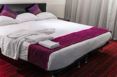 Modern säng för format för hotellrumföljedrottning royaltyfria bilder