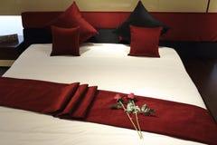 Modern säng och sängkläder Arkivbilder
