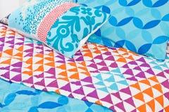 Modern sängkläderuppsättning med geometriska former Arkivbild