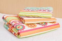 Modern sängkläderuppsättning med geometriska former Royaltyfri Bild
