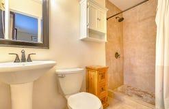 Modern säubern Sie und öffnen Sie Badezimmer im Kalifornien-Ausgangsunten Esprit Lizenzfreie Stockbilder