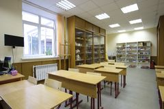Modern schoolklaslokaal in de ligusterschool van Moskou stock fotografie