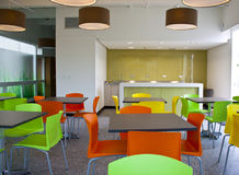 Modern schoolrestaurant royalty-vrije stock fotografie