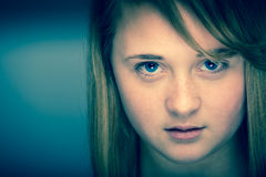 Modern seende tonårig flicka för tonåring Arkivbilder