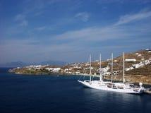 Modern segelbåt i den Mykonos fjärden Fotografering för Bildbyråer