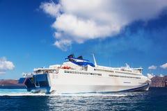 Modern segling för kryssningskepp på det Aegean havet, Santorini Grekland Fotografering för Bildbyråer