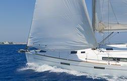 Modern seglingyacht i handling Royaltyfria Foton