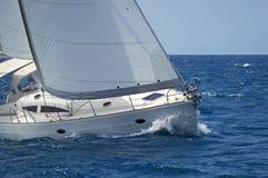 Modern seglingyacht i handling Arkivfoto