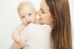 Modern ser barnet med omsorgförälskelse, behandla som ett barn på armar Royaltyfria Bilder