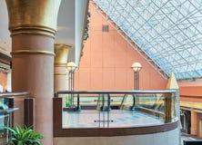 Modern shoppinggalleriainre med det glass glass taket för balustrad och Arkivbilder