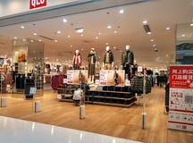 Modern shoppingplaza, kläder för kvinna` s Arkivbilder