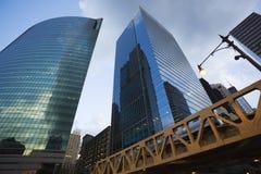 Modern sikt för låg vinkel för skyskrapor Chicago Illinois Royaltyfria Foton