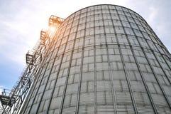 Modern silo för att lagra kornskörden Royaltyfria Bilder